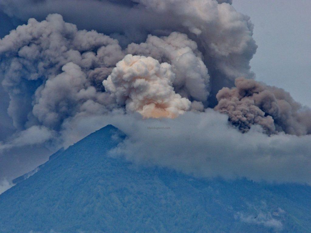 Balio saloje išsiveržė ugnikalnis