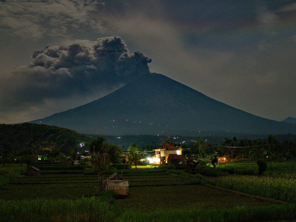 Ugnikalnis Agungas naktį